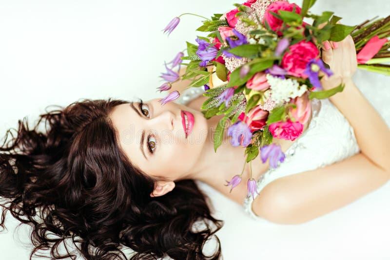 Портрет красивой девушки брюнет в белом острословии платья fishnet стоковое фото