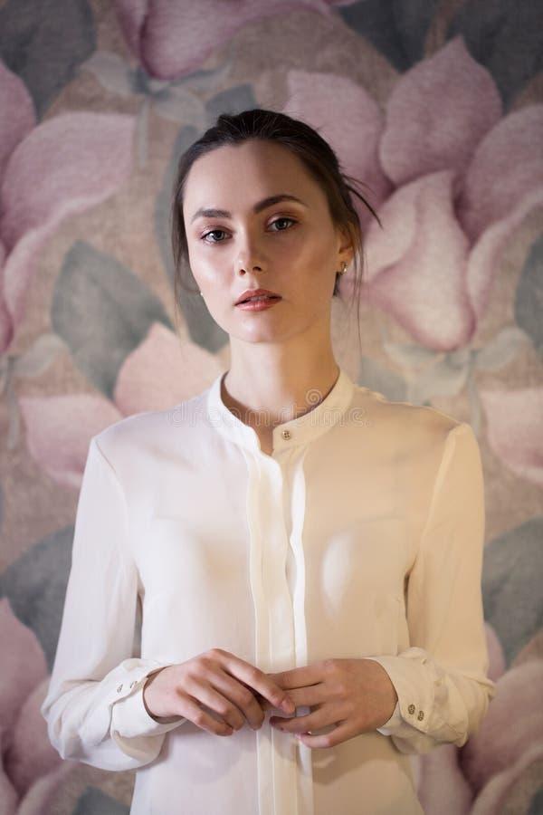 Портрет красивой девушки моды, сладостный и чувственный стоковые фотографии rf