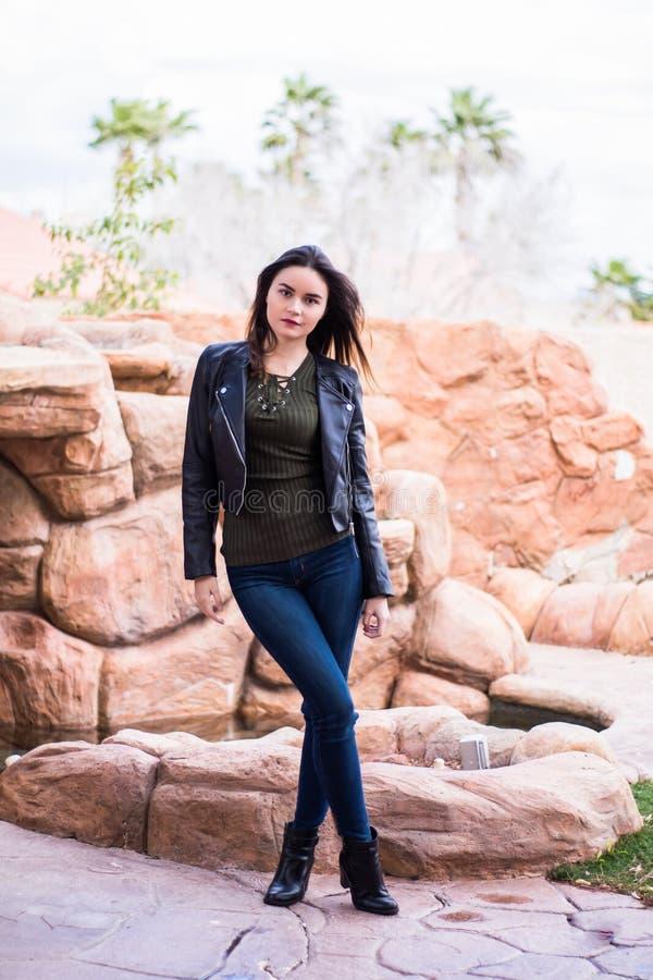 Портрет красивой девушки моды outdoors стоковая фотография
