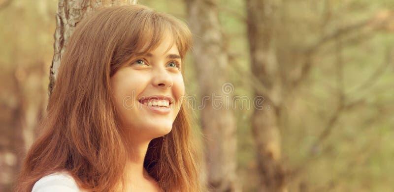 Портрет красивой девушки на природе стоковая фотография rf
