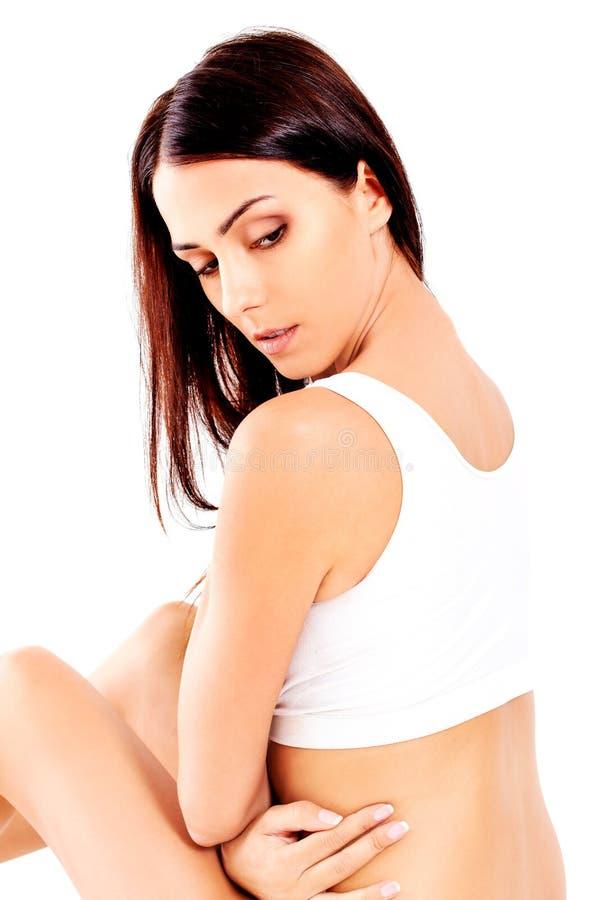 Портрет красивой девушки пригонки в бюстгальтере Изолировано на белизне стоковое изображение rf
