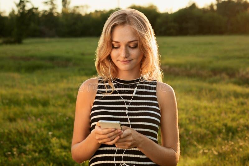 Портрет красивой девушки стоя на зеленом wearin предпосылки стоковое фото