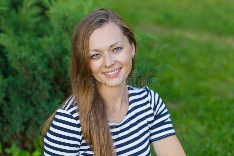 Портрет красивой девушки с длинными светлыми волосами стоковые фотографии rf
