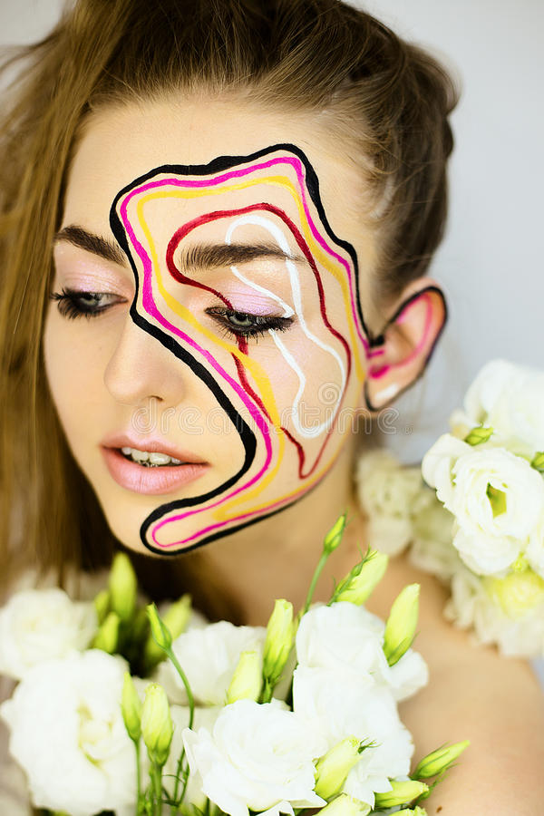 Портрет красивой девушки с творческим составляет стоковые изображения
