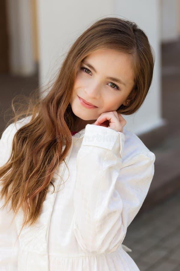 Портрет красивой девушки с темными волосами и коричневым цветом наблюдает стоковые фото