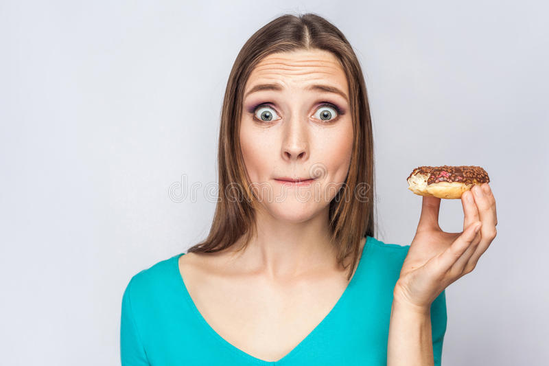 Портрет красивой девушки с donuts шоколада стоковые изображения