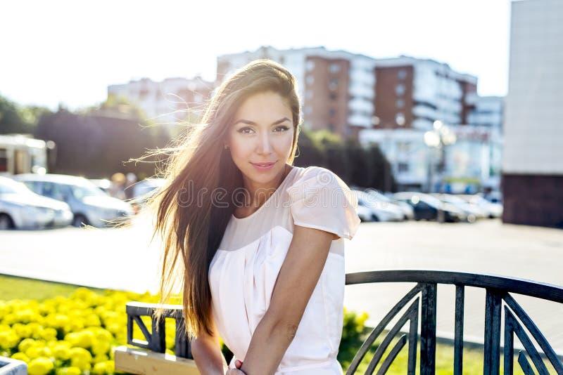 Портрет красивой девушки, яркий солнечный летний день, на стенде, смотря бледный, городская жизнь стиля моды стоковые фотографии rf