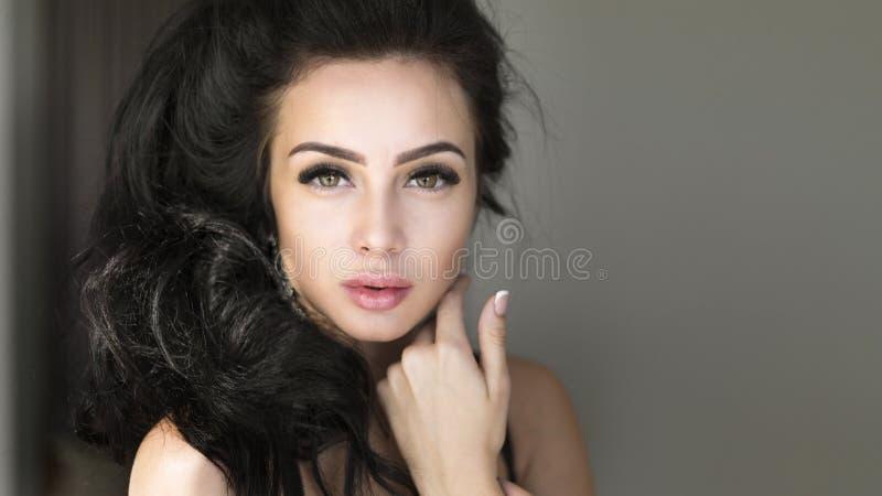 Портрет красивой женской модели на темной предпосылке стоковое фото