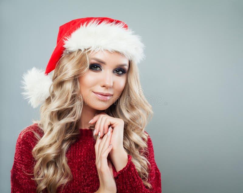 Портрет красивой женской модельной нося шляпы santa стоковое изображение