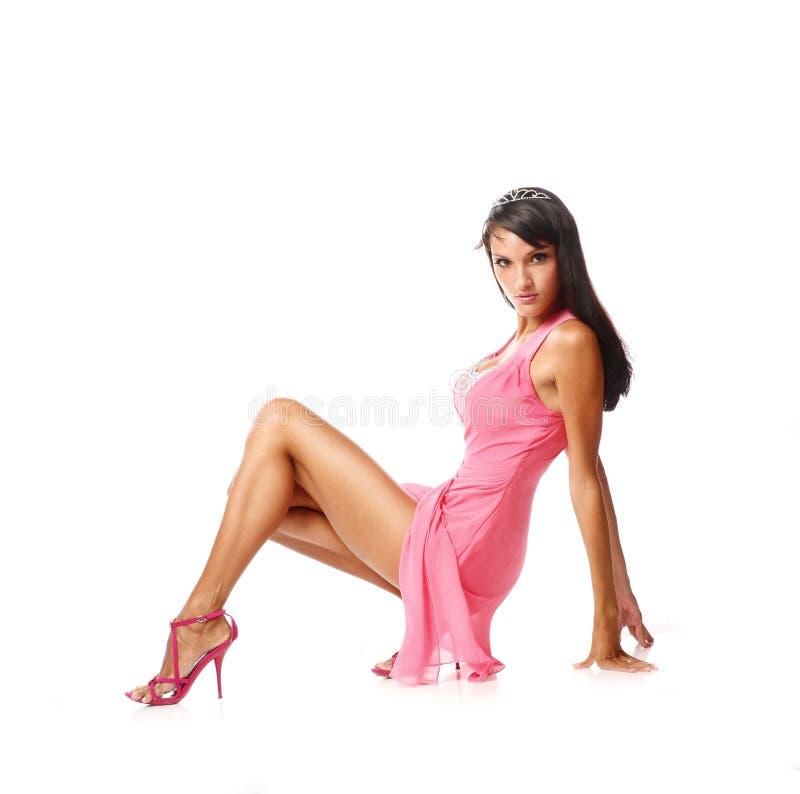 Портрет красивой женщины брюнет в сексуальном розовом платье способ простыни кладет детенышей белой женщины фото обольстительных стоковые фотографии rf