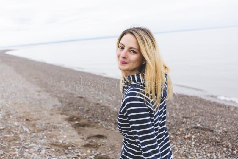 Портрет красивой женщины внешней на пляже стоковые фото
