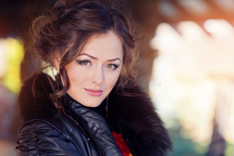Портрет красивой женщины вытаращить на камере стоковые фотографии rf