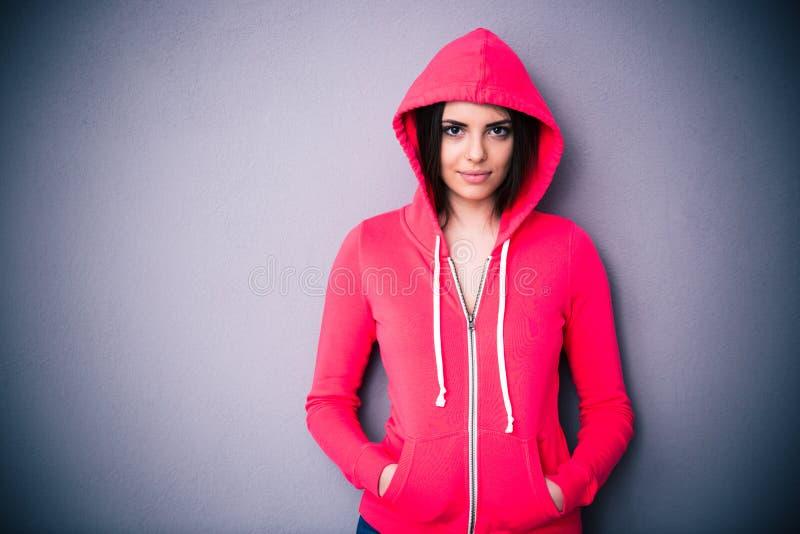 Портрет красивой женщины в красной куртке с клобуком стоковое фото rf