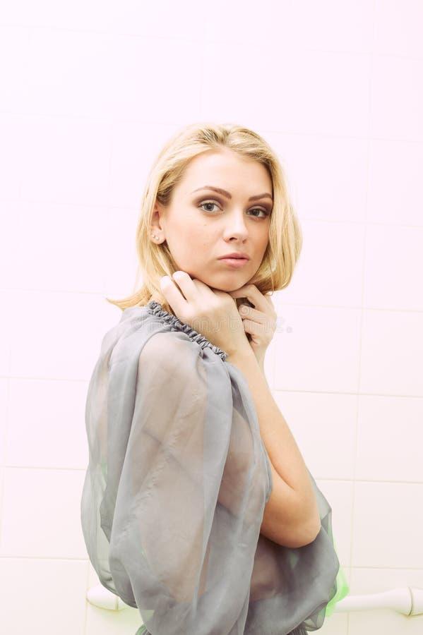 Портрет красивой женщины в шифоновом платье стоковое изображение rf