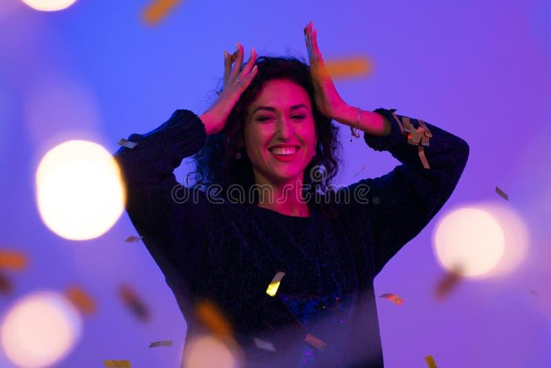 Портрет красивой женщины играя с confetti Торжество, день рождения, рождество, Новый Год стоковая фотография rf