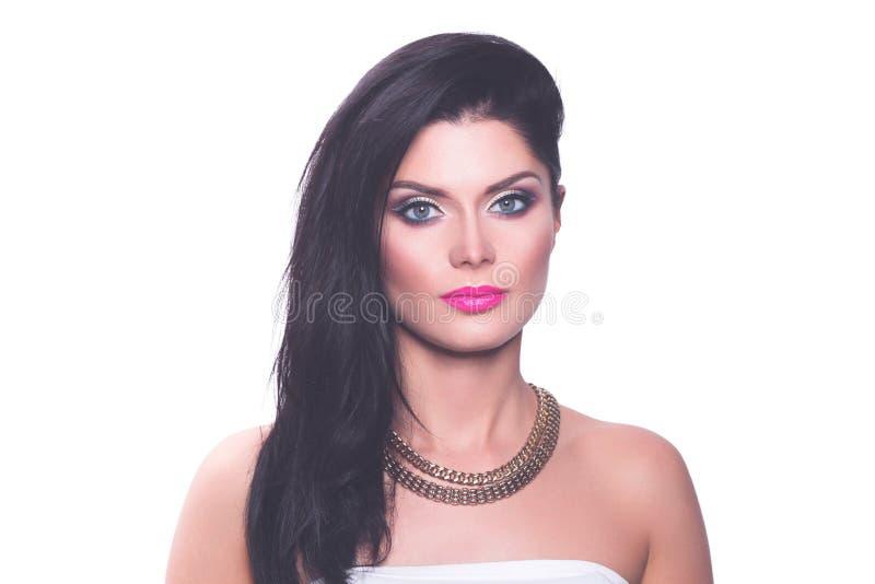 Портрет красивой женщины, изолированный на белой предпосылке Портрет красивой женщины стоковая фотография