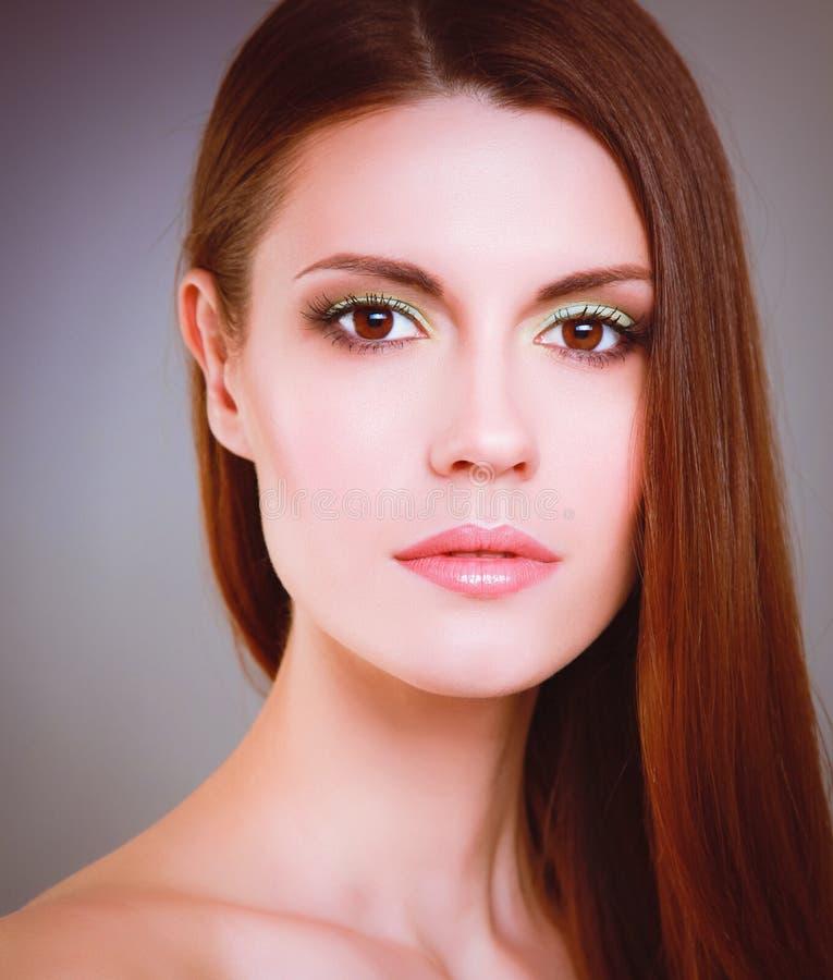 Портрет красивой женщины изолированный на белой предпосылке стоковые фото