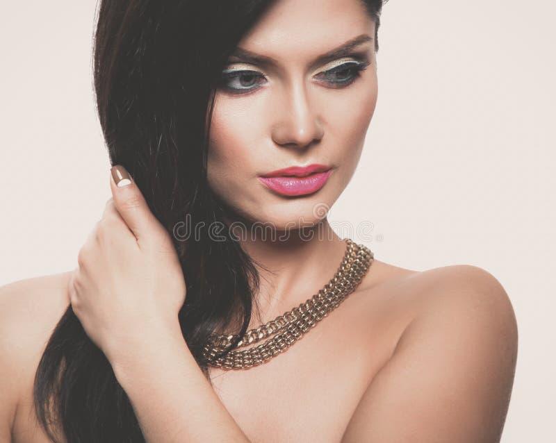 Портрет красивой женщины, изолированный на серой предпосылке красивейшая женщина портрета стоковые изображения rf