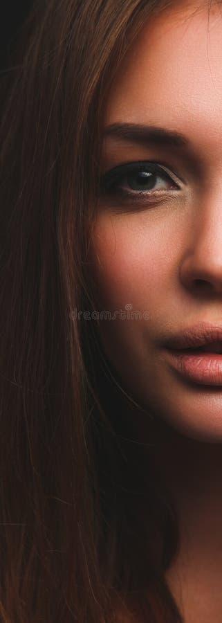 Портрет красивой женщины, изолированный на черной предпосылке стоковая фотография