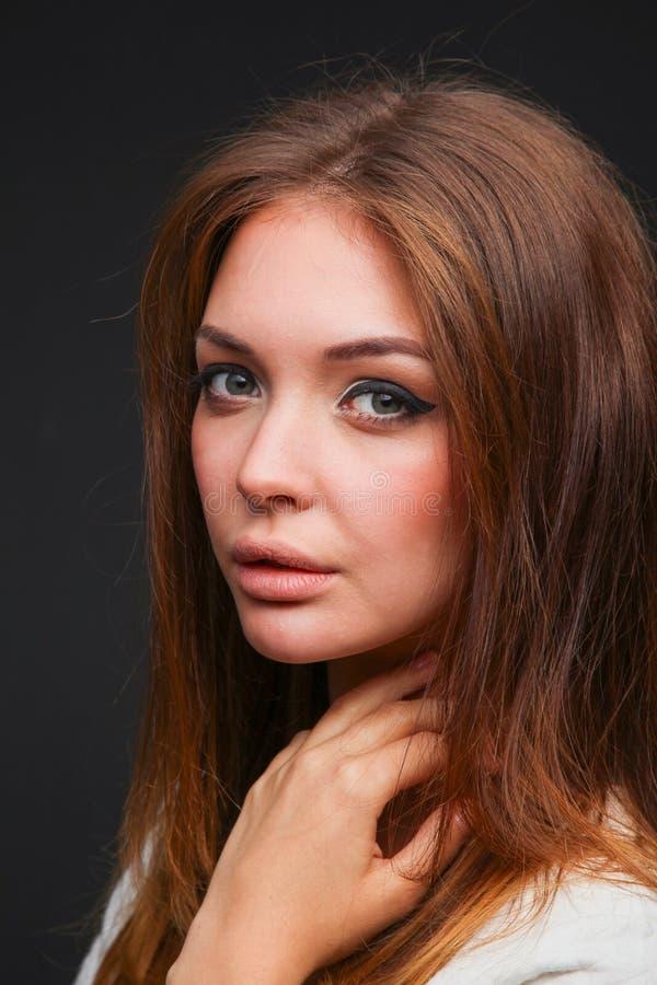 Портрет красивой женщины, изолированный на черной предпосылке красивейшая женщина портрета стоковые изображения