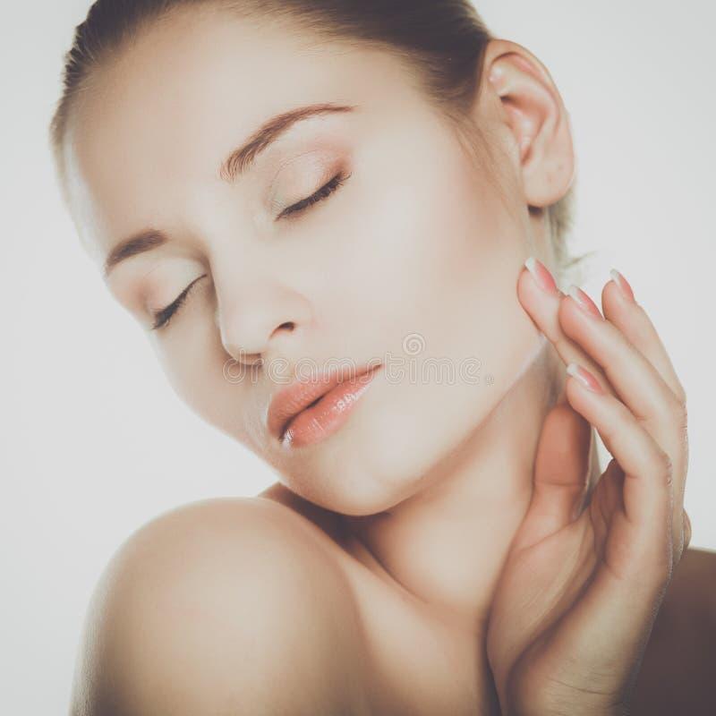 Портрет красивой женщины изолированный на серой предпосылке стоковое изображение