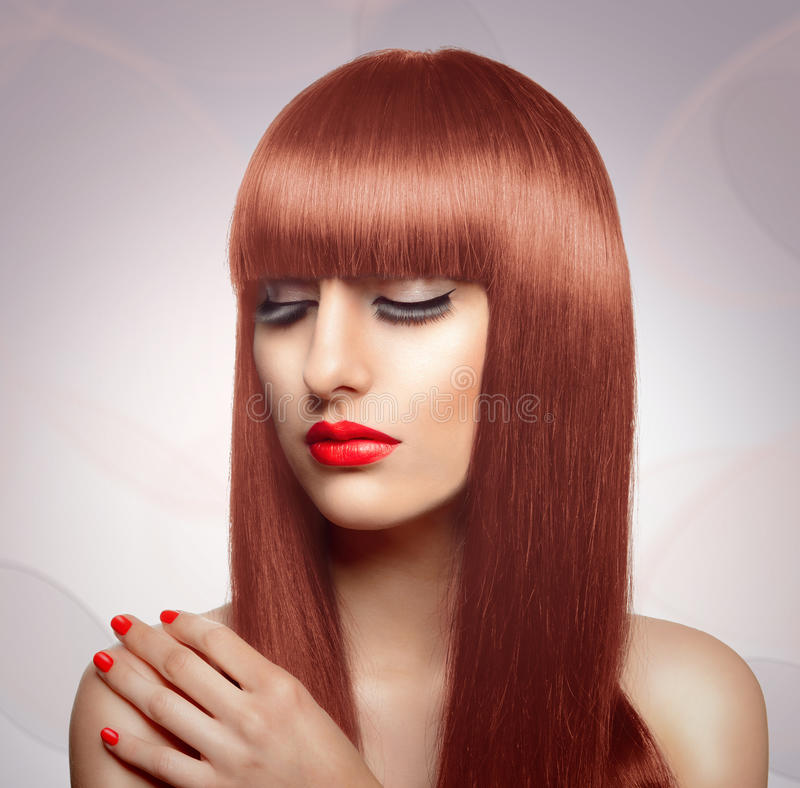 Портрет красивой женщины моды с длинными здоровыми красными волосами a стоковая фотография rf