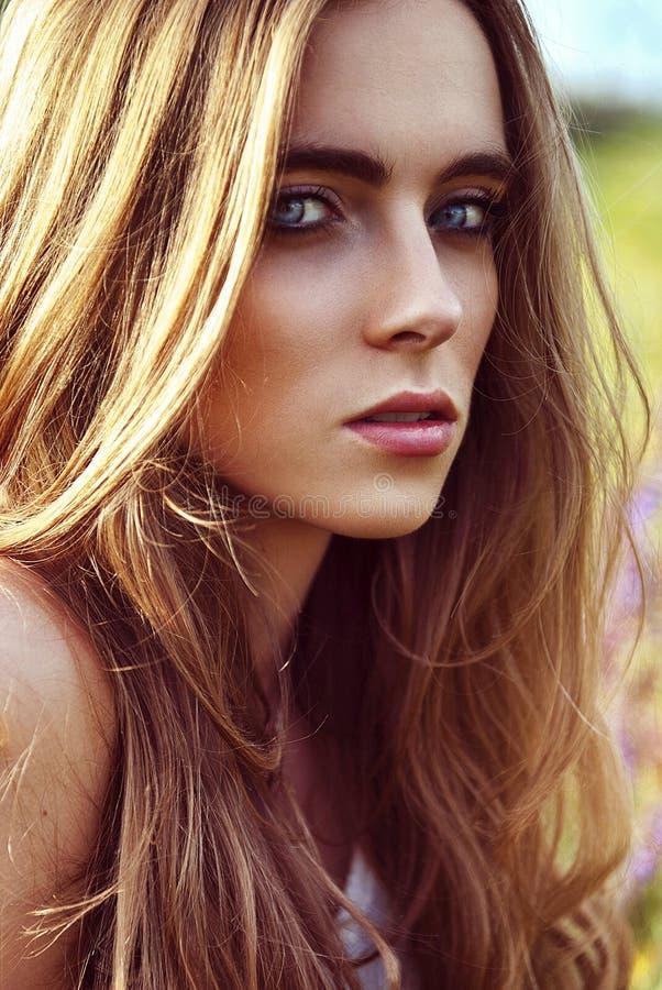 Портрет красивой женщины на природе стоковая фотография rf