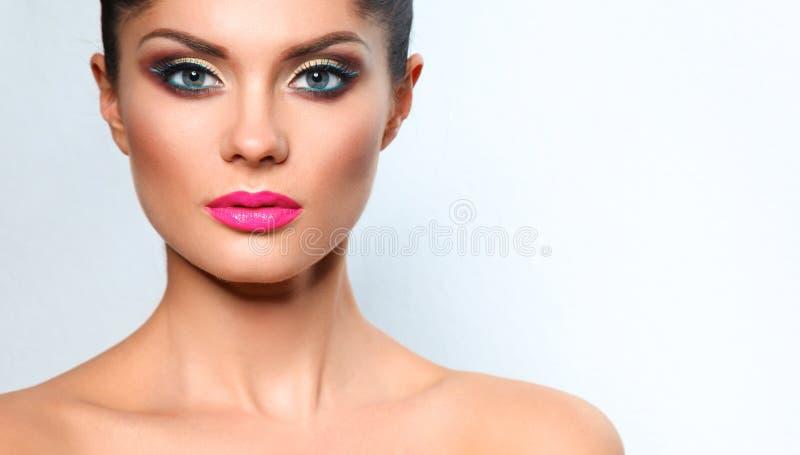Портрет красивой женщины, на серой предпосылке стоковые изображения rf