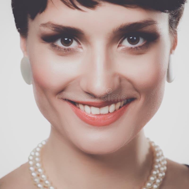 Портрет красивой женщины, на серой предпосылке стоковые фото