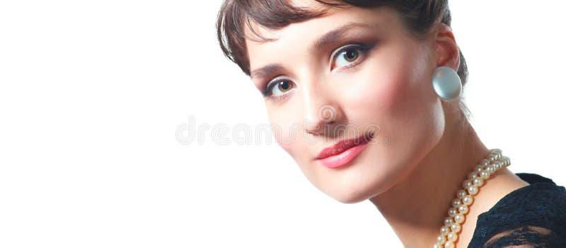 Портрет красивой женщины, на серой предпосылке стоковое фото rf