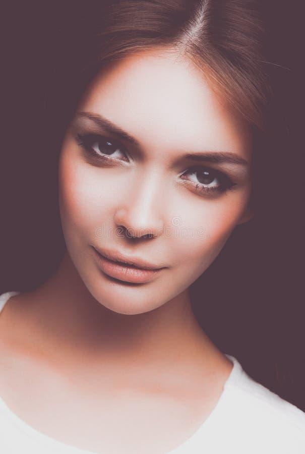 Портрет красивой женщины, на черной предпосылке красивейшая женщина портрета стоковое изображение