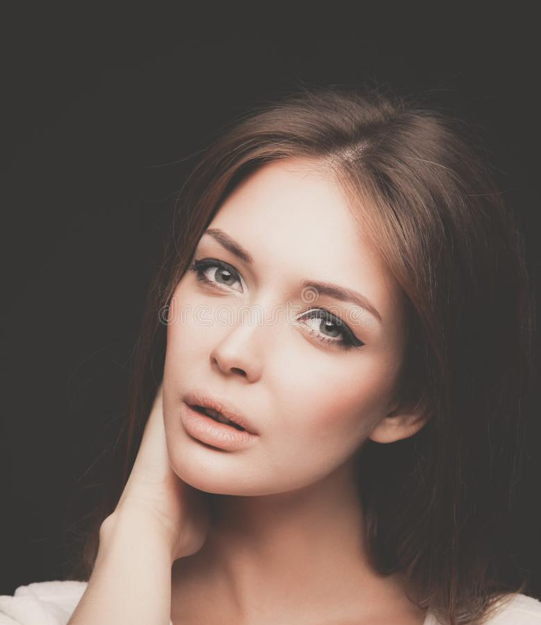 Портрет красивой женщины, на черной предпосылке красивейшая женщина портрета стоковая фотография