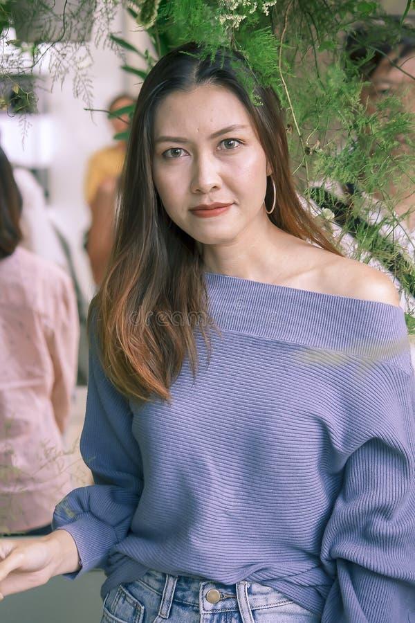 Портрет красивой женщины под смотреть листьев стоковая фотография rf