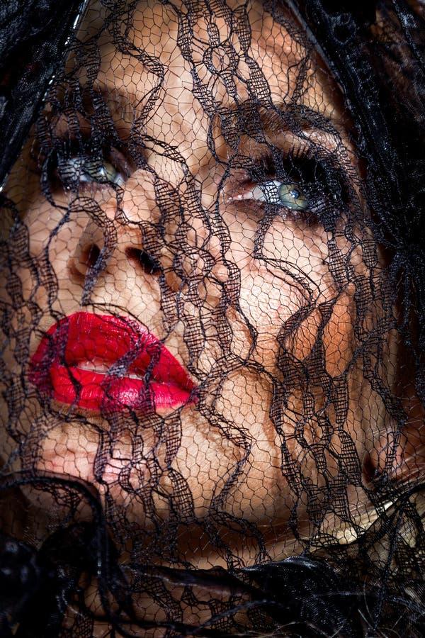 Портрет красивой женщины при изумительная сторона покрытая с черным шнурком стоковые фотографии rf