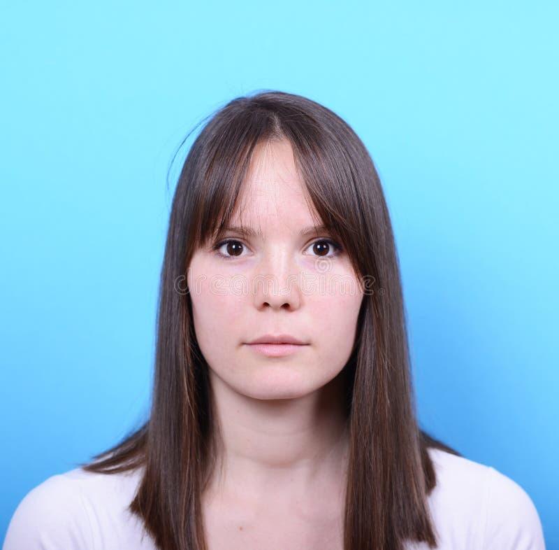 Портрет красивой женщины против голубой предпосылки стоковая фотография rf