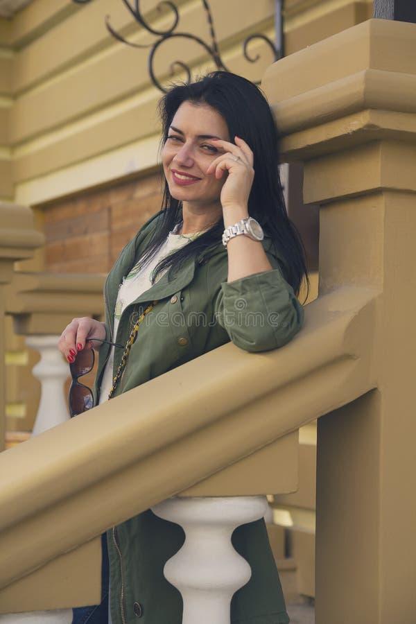 Портрет красивой женщины рядом с домом стоковые фото