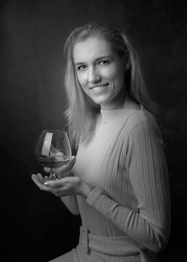 Портрет красивой женщины со стеклом рябиновки стоковые фотографии rf