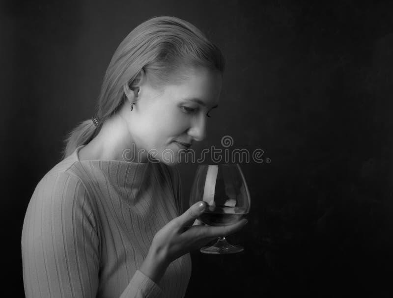 Портрет красивой женщины со стеклом рябиновки стоковое изображение rf