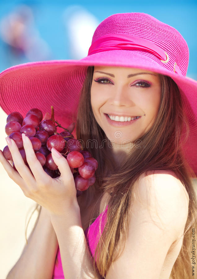Портрет красивой женщины с виноградинами в руках в лете внешнем стоковые изображения rf