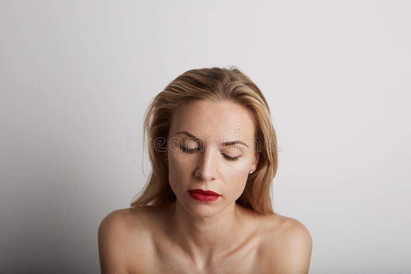 Портрет красивой женщины с закрытыми глазами и красными губами стоковые изображения rf