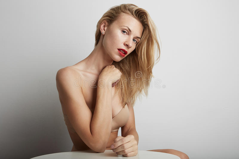 Портрет красивой женщины с красными губами и белокурыми волосами стоковое фото