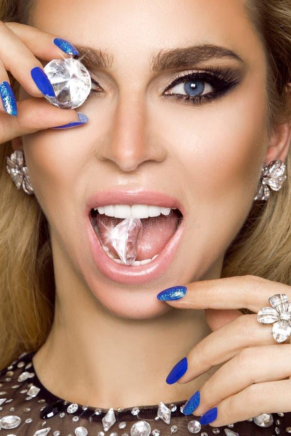 Портрет красивой женщины с кристаллами в зубах и руках стоковые фотографии rf