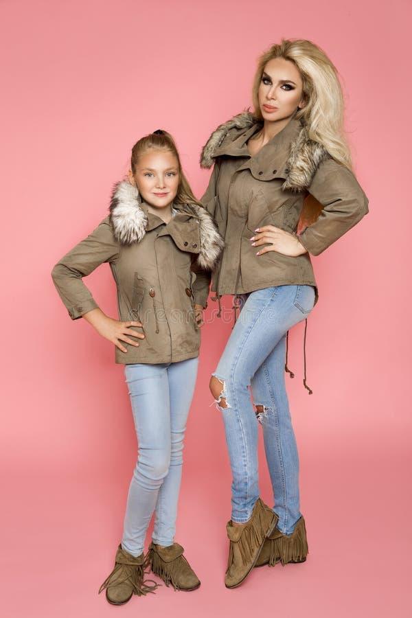 Портрет красивой женщины с младенцем, в шляпах зимы и теплой куртке Одежда зимы моделей присутствующая стоковая фотография