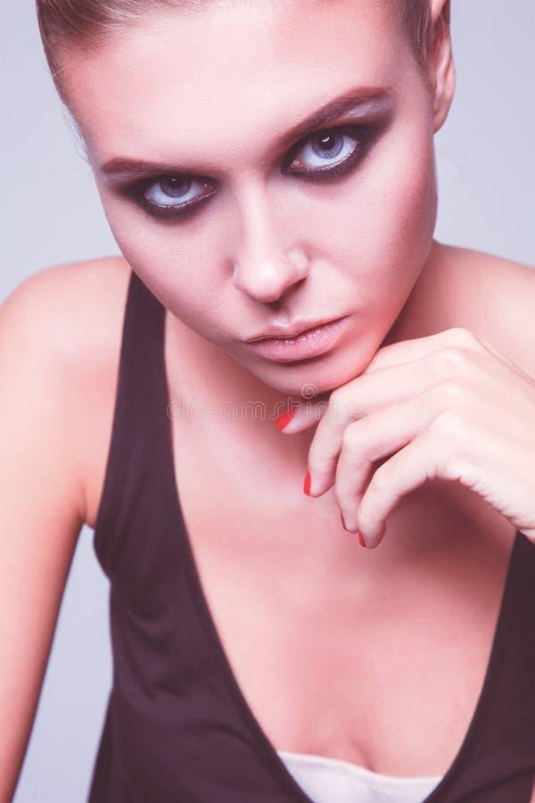 Портрет красивой женщины с ожерельем, изолированный на белой предпосылке Портрет красивой женщины стоковое изображение