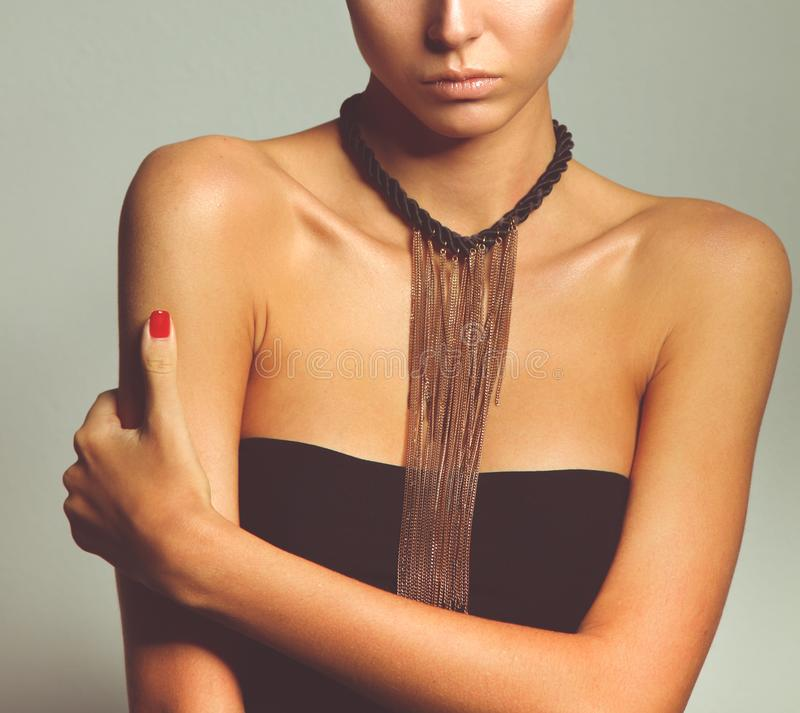 Портрет красивой женщины с ожерельем, изолированный на серой предпосылке Портрет красивой женщины стоковое фото rf