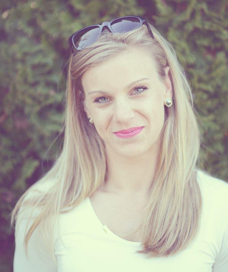 Портрет красивой женщины с солнечными очками стоковое фото rf
