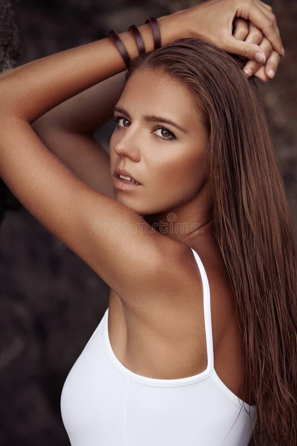 Портрет красивой женщины с tan на пляже стоковые изображения rf