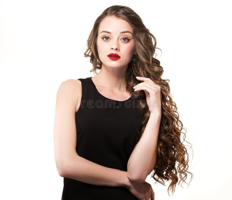 Портрет красивой женщины чувственности в черном платье с длинным вьющиеся волосы стоковое фото rf