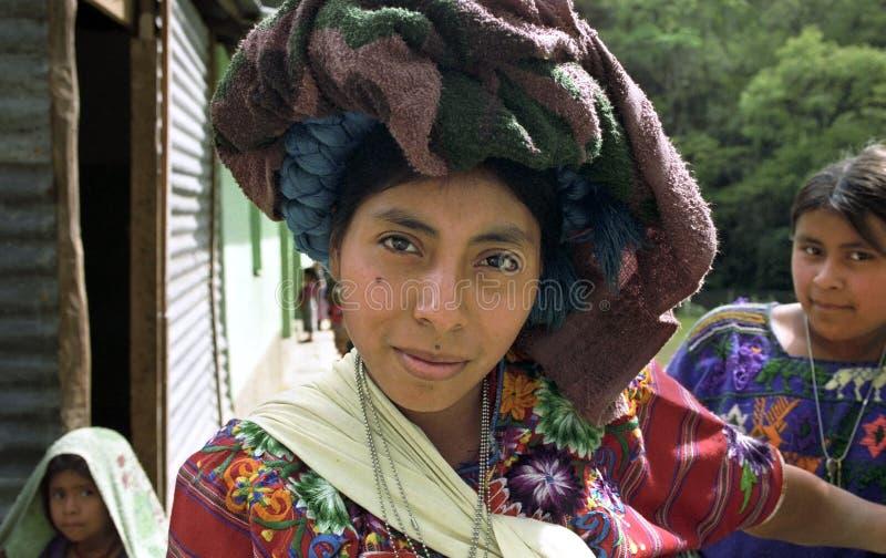 Портрет красивой индийской женщины в красочных одеждах стоковая фотография rf