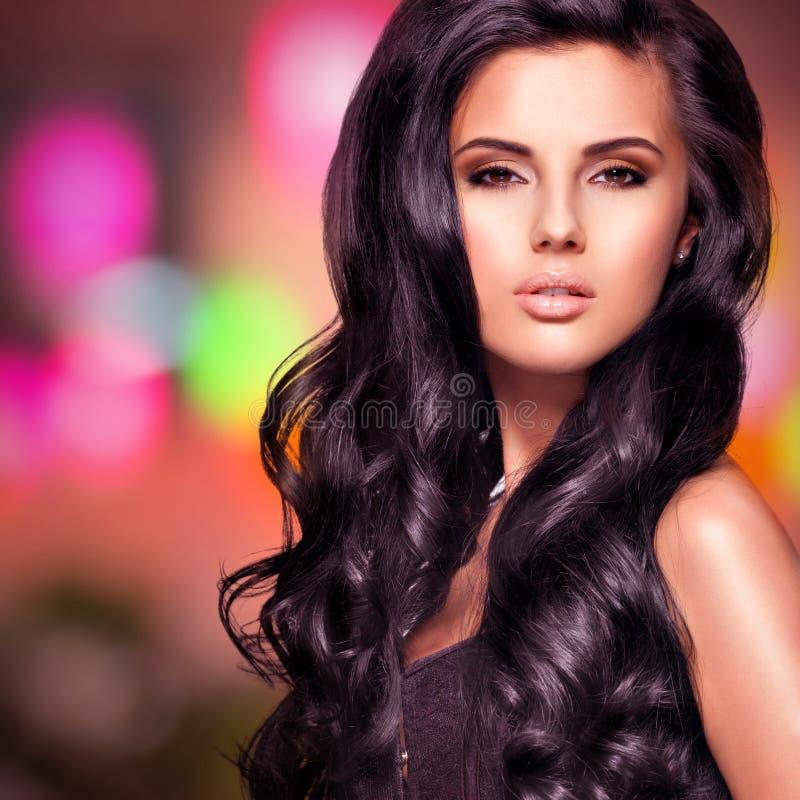 Портрет красивой индийской женщины с длинными волосами стоковые изображения rf